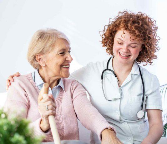 síntomas del párkinson más comunes en anciana con cuidadora